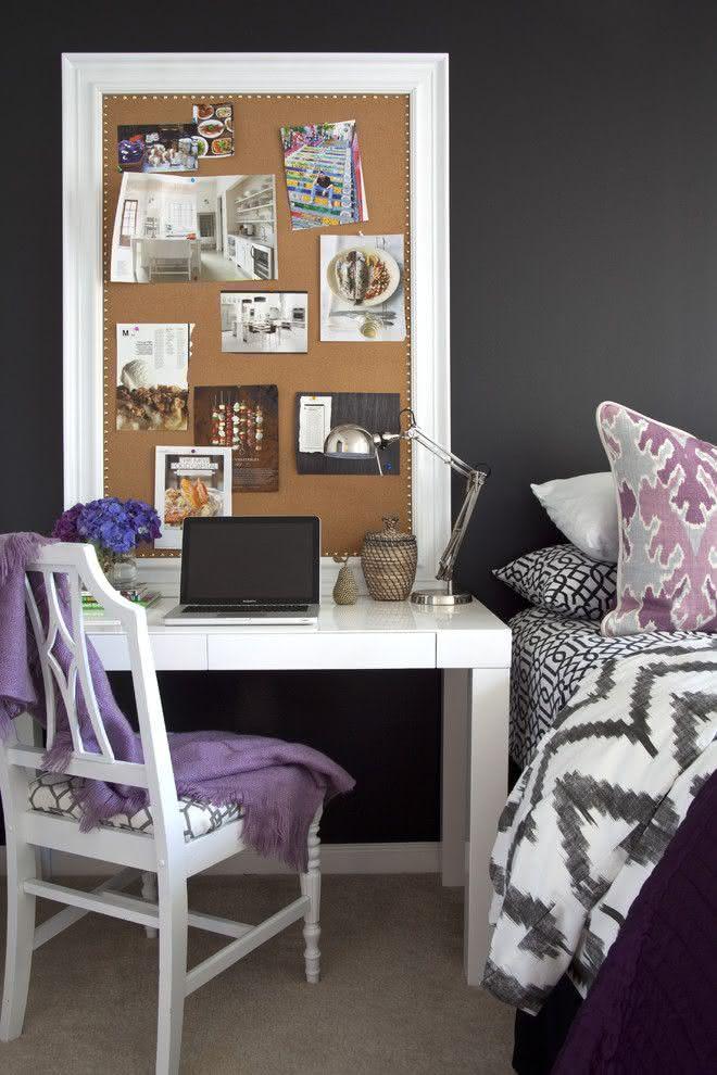 Decoração com parede cinza escura e mobiliário claro.