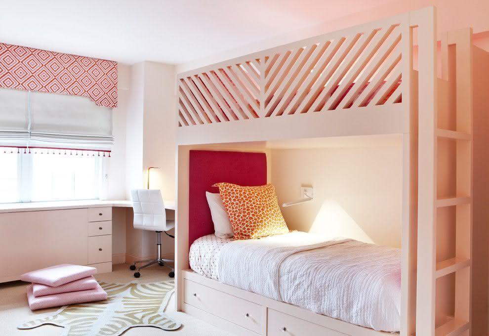 proposta de quarto com tonalidades de rosa para duas irms aqui a beliche economiza espao e deixa uma rea livre para outras atividades
