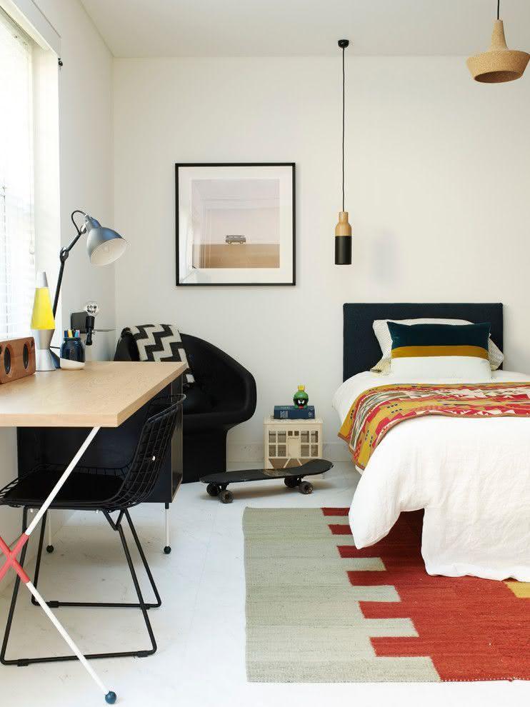 Proposta de quarto adolescente minimalista com pequenos detalhes de cor