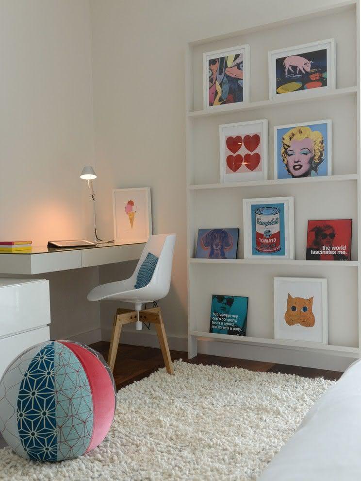 Quarto com decoração minimalista com quadros pop art