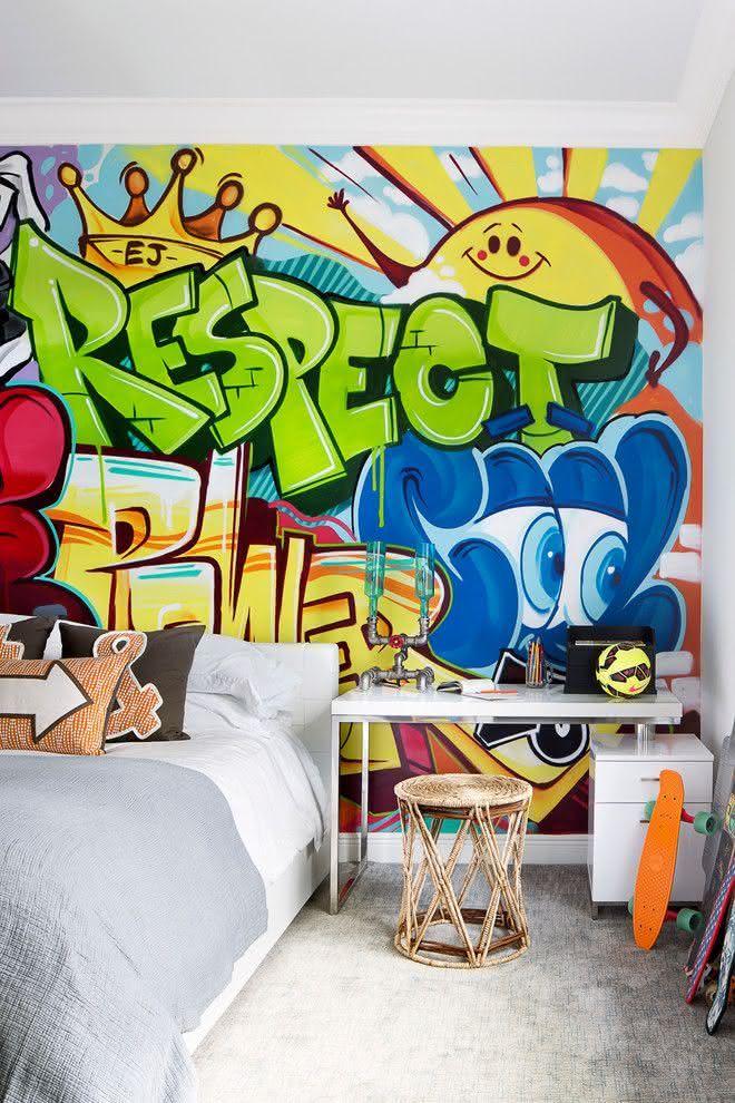 Quarto de adolescente com grafite colorido na parede