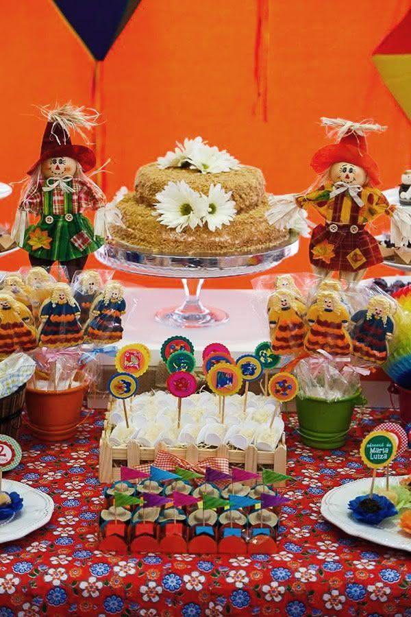 Mesa com bolo para decoração de festa junina