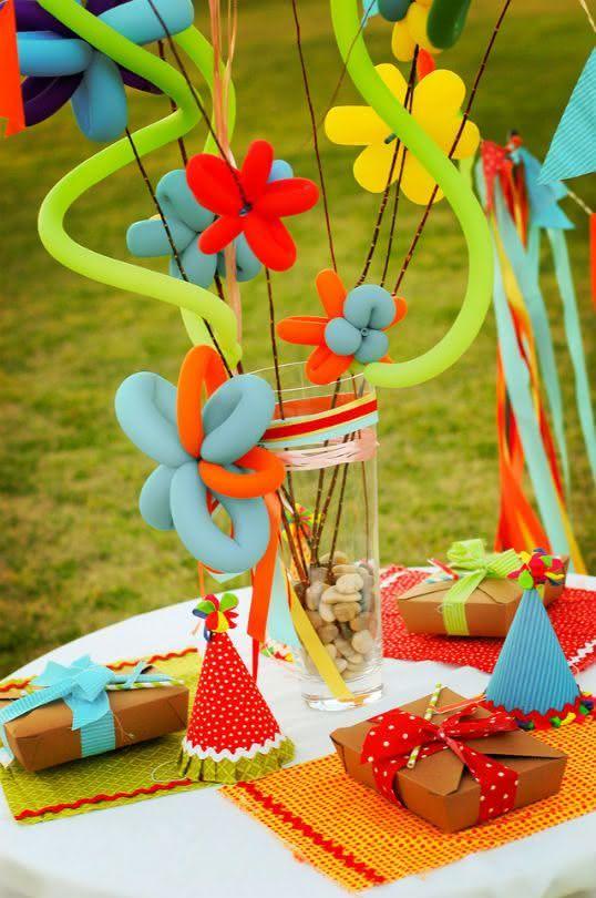 Escultura de balões na decoração de festa junina