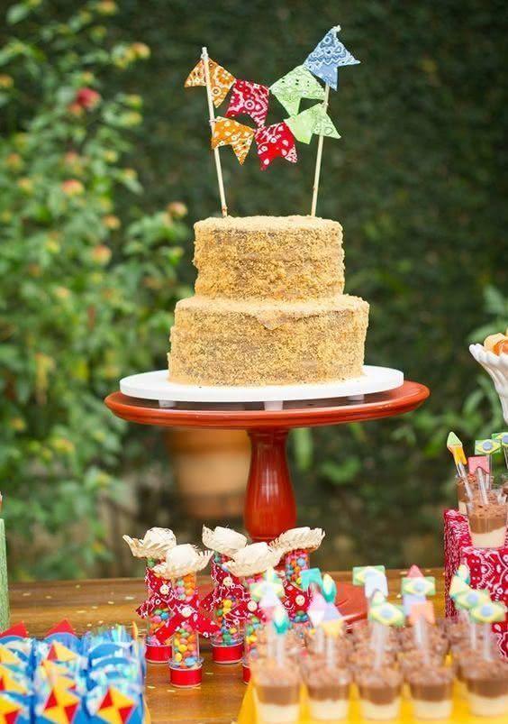 Decoração de festa junina com bolo de paçoca