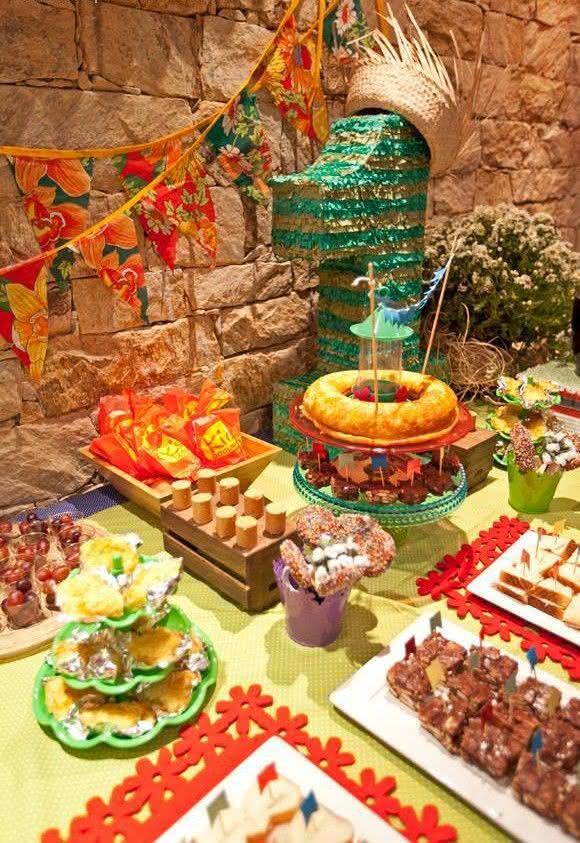 Mesa de bolo decorada para festa junina