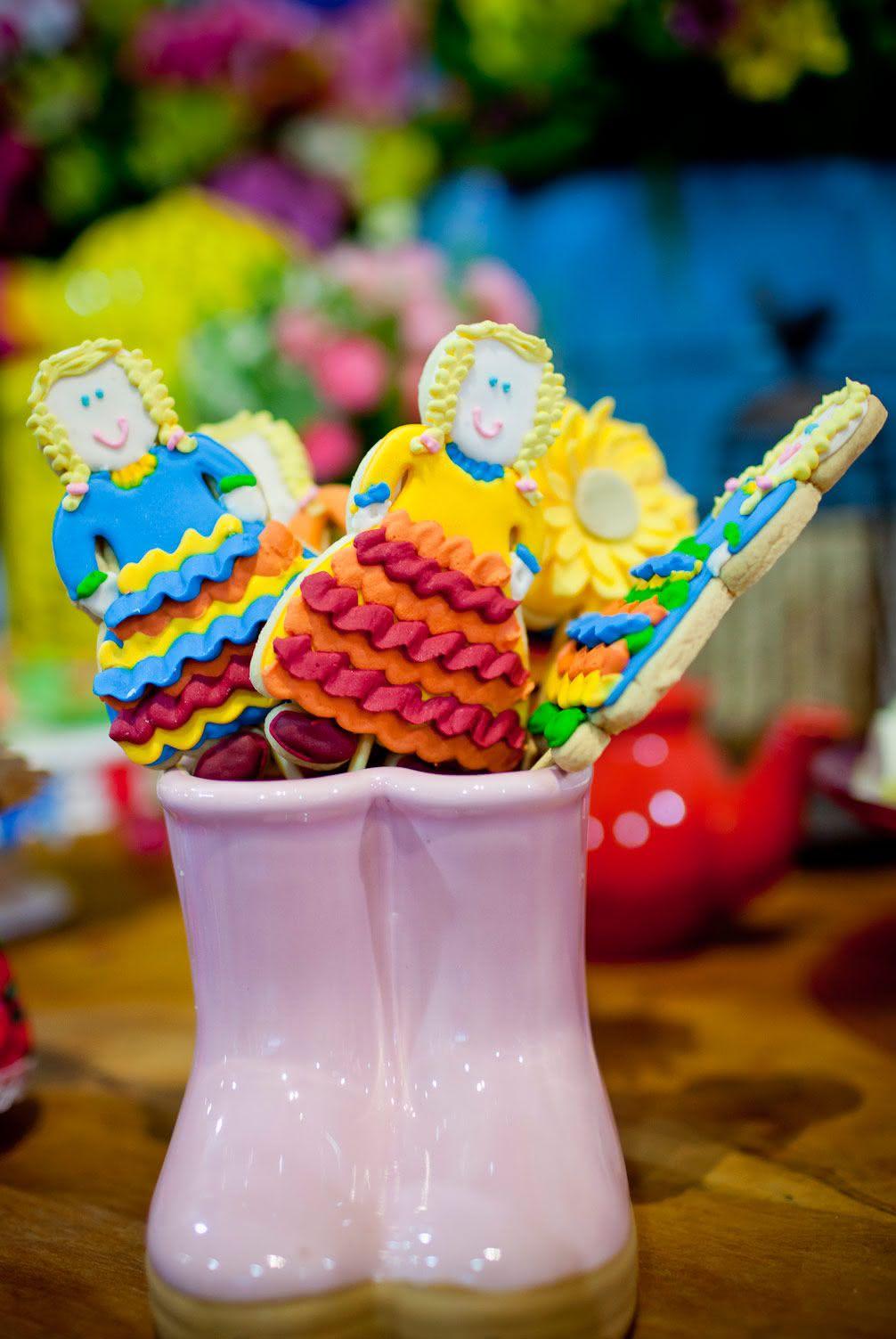 Biscoitos coloridos na decoração de festa junina
