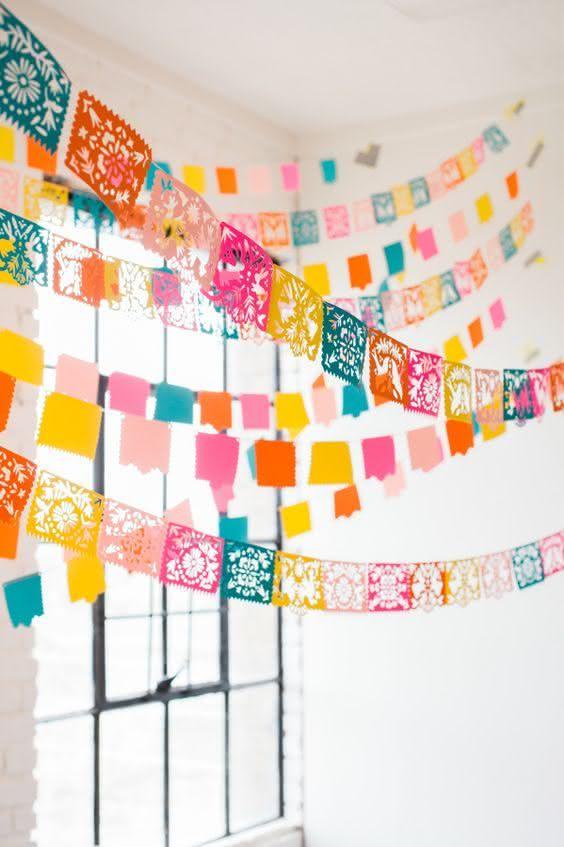 Decoração de festa junina com bandeiras penduradas