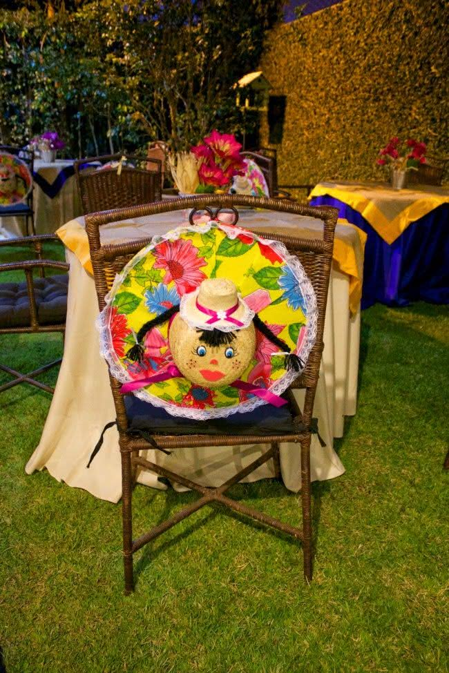 Chapéus forrados de chita na decoração de festa junina
