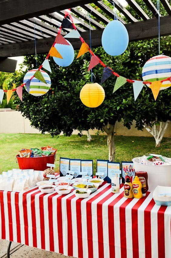 Mesa buffet na decoração de festa junina
