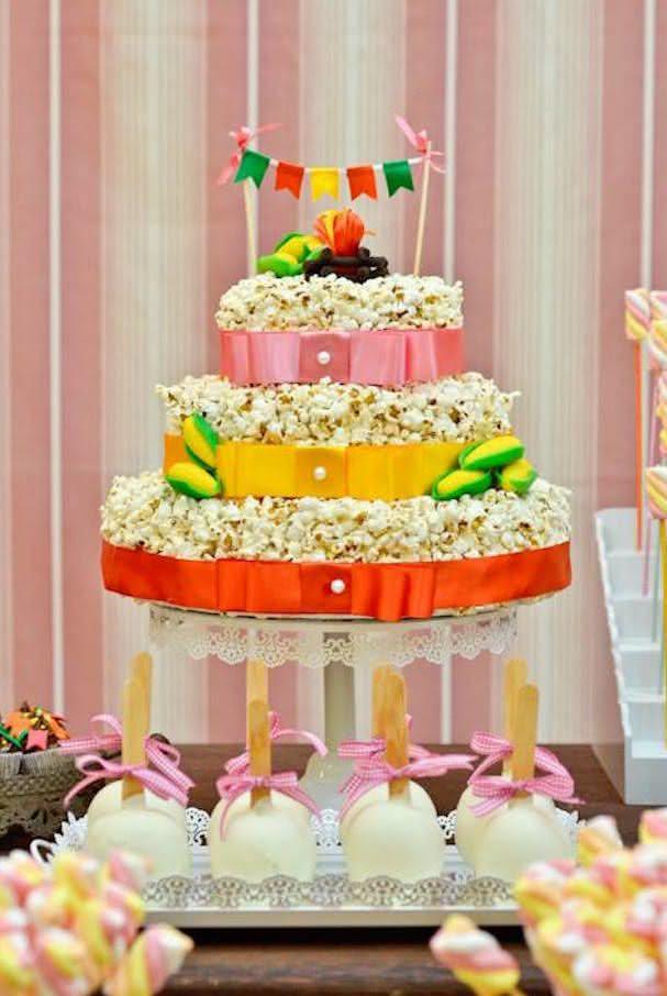 Decoração de festa junina com bolo fake