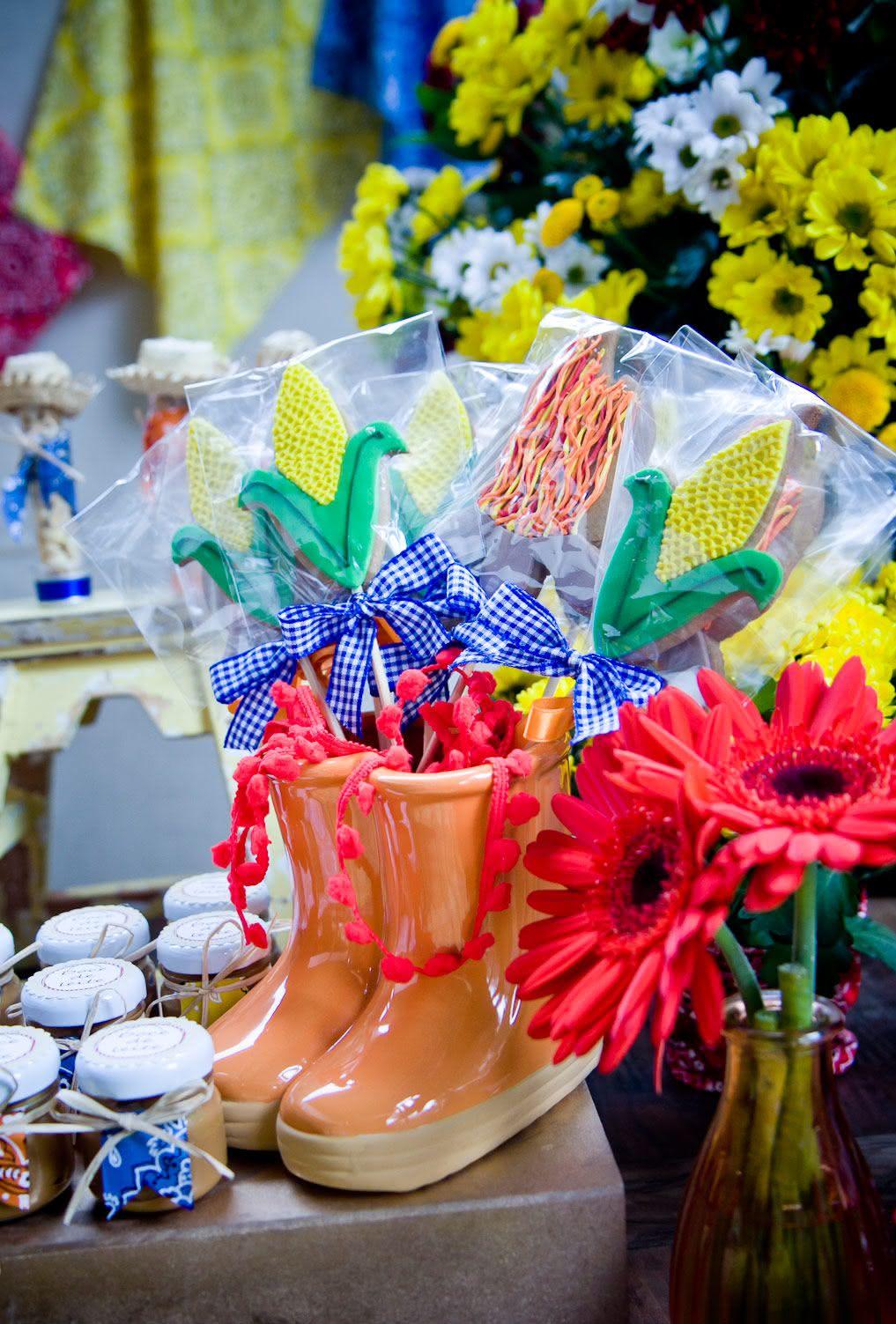 Vaso de botas caipira na decoração de festa junina