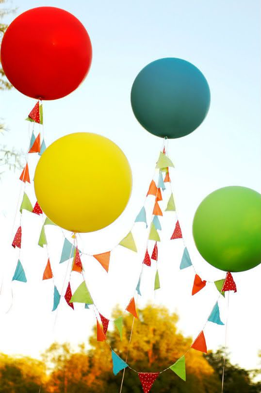 Balões e bandeirinhas na decoração de festa junina