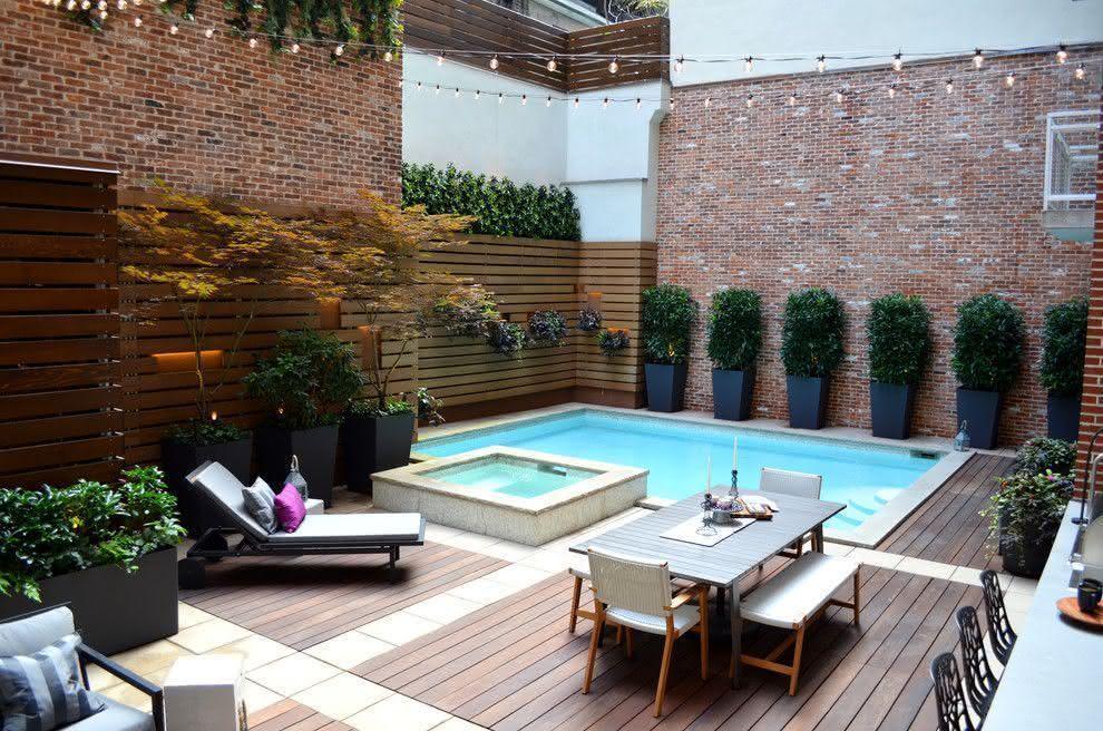 imagem u a piscina pequena de canto ideal para economizar espao em terrenos com espao mais restrito