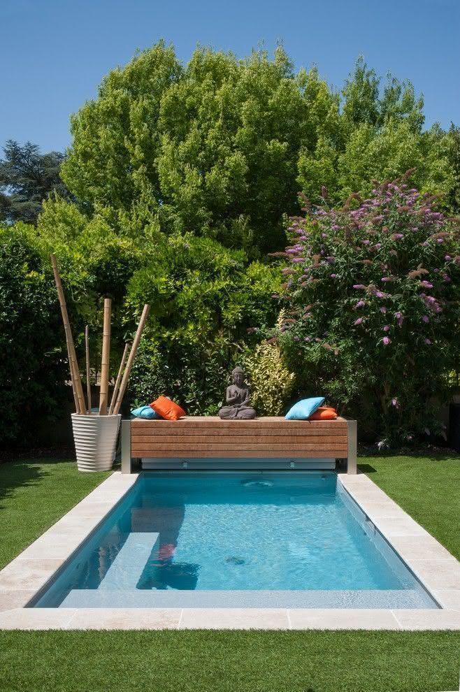 imagem u projeto de piscina com um banco de madeira anexado em um dos cantos