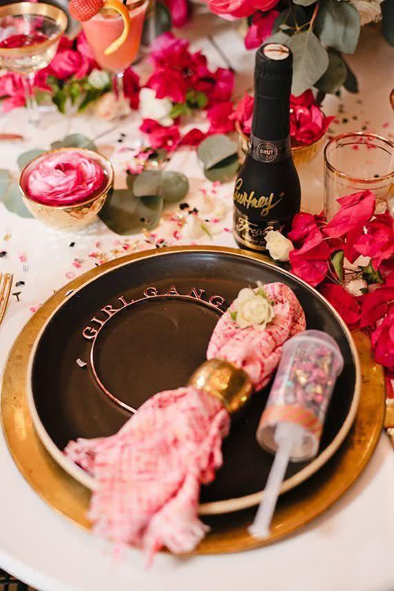 Tiaras divertidas e confetes sobre a mesa para brindarem muito essa data tão especial