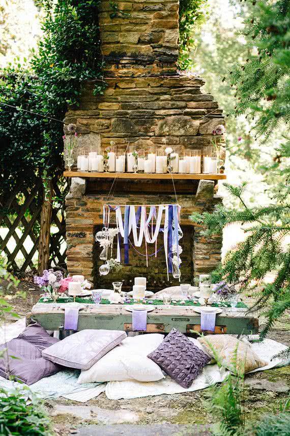 Aproveite o quintal da sua casa e comemore ao ar livre! A mesa baixa deixa o clima bem descontraído, ideal para quem vai receber poucas pessoas