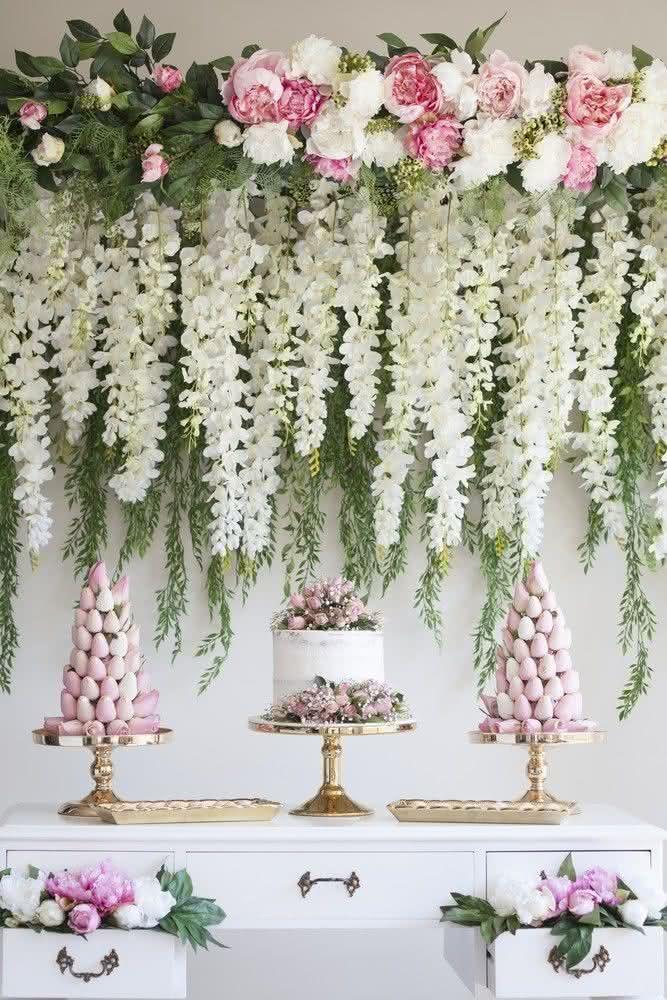 Tropical chic: flores e folhas naturais em tons suaves