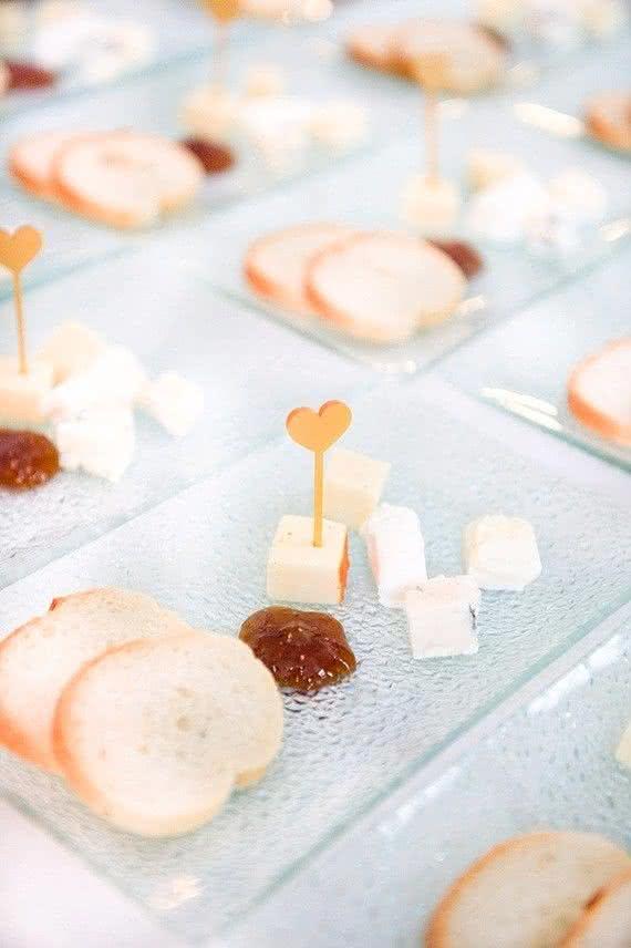 Uma entrada charmosa e fácil de preparar: porções individuais de torradinhas e queijos