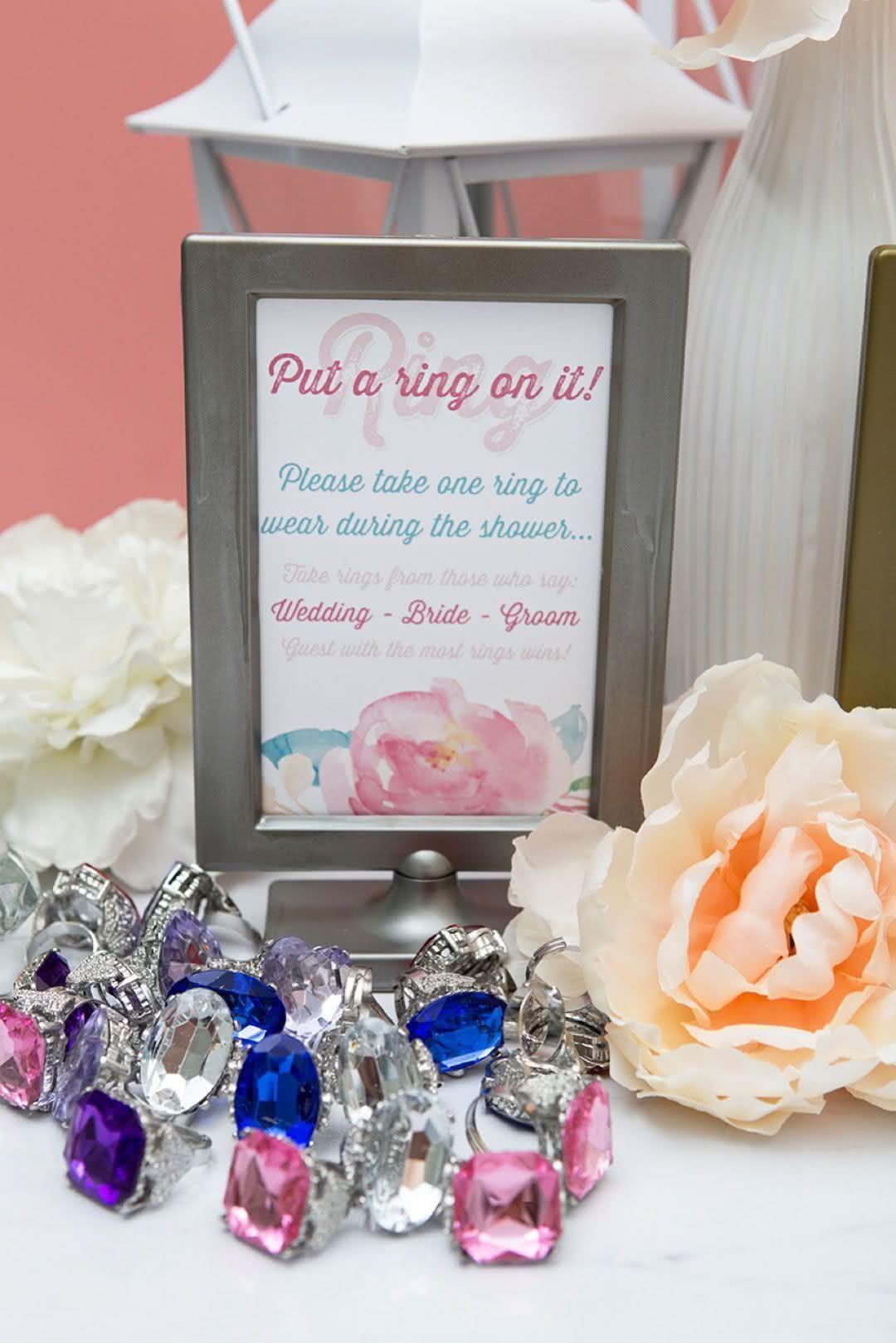 Divirtam-se de montão com mais uma brincadeira: cada convidada recebe um anel e, se citar uma das três palavras (casamento, noivo ou noivo) perde para alguém. Aquela que tiver mais anéis, vence e recebe um mimo especial!