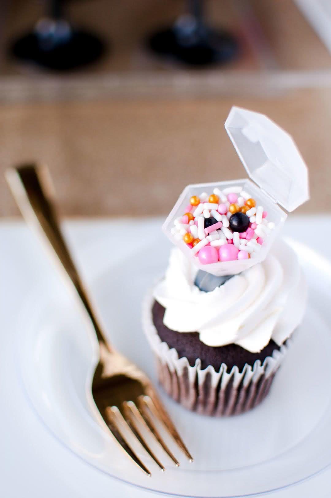 Cupcakes de sobremesa com um plus a mais: anéis de noivado recheados de confeitos.