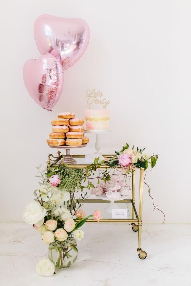 Que tal substituir a mesa do bolo e doces por um carrinho como esse?