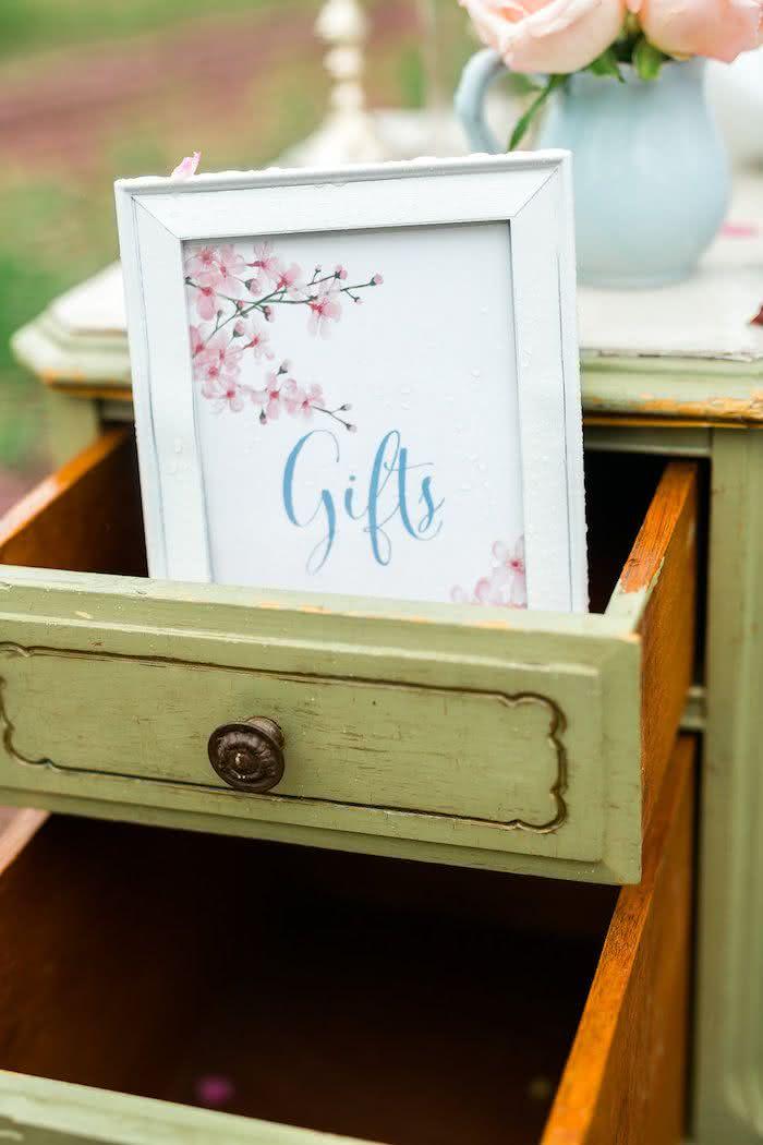 Improvise, economize e guarde os presentes nas gavetas da cômoda!