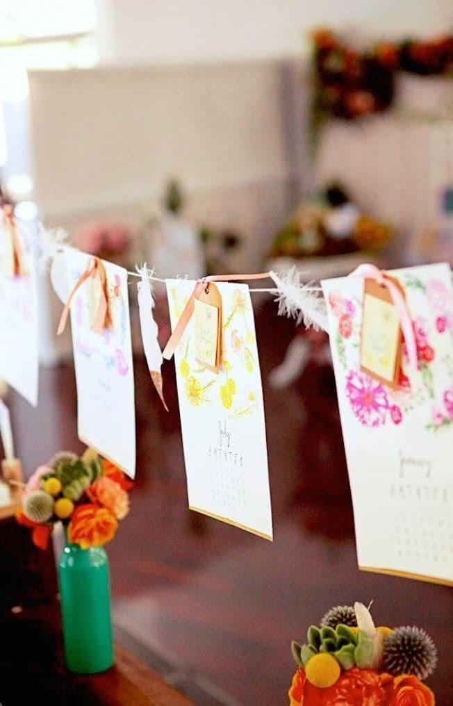 Compartilhe sua história de amor através de bandeirolas simulando um calendário, como primeiro encontro, beijo, pedido de casamento