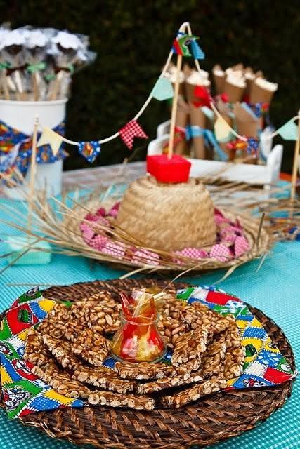 Pratos em vime para decoração de festa junina