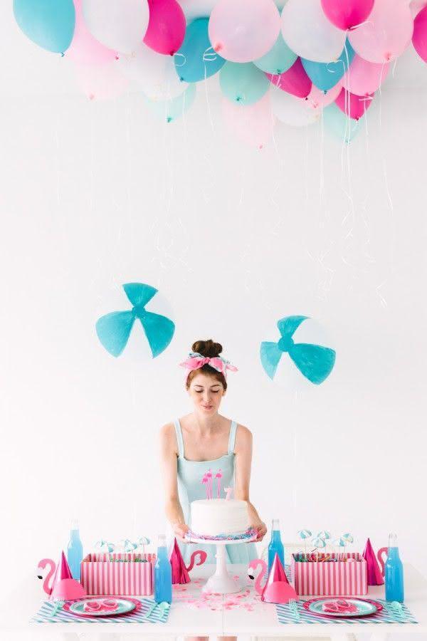 Decoração com balões suspensos no teto.