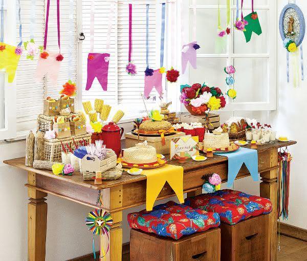 Decoração de festa junina com mesa colorida