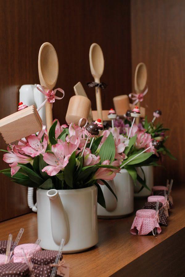 Os utensílios de cozinha complementam bem os arranjos e valem como lembrancinhas