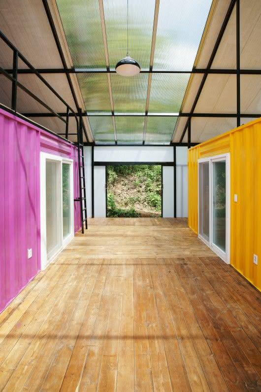 Casa feita com container colorida