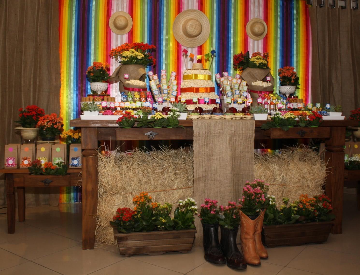 Imagem 2 – Mesa com comidas para decoração de Festa Junina