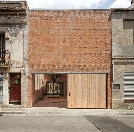 Neste projeto, o tijolo e a madeira seguem praticamente a mesma tonalidade