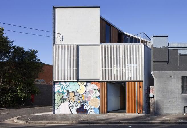 Amenize o acabamento do aço com uma arte em grafite e destaque ainda mais asua fachada