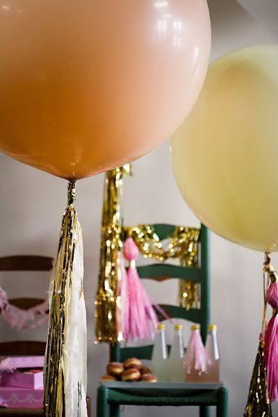 Balões com fitas douradas