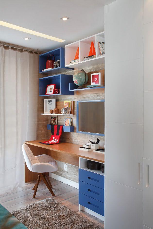 Quarto de adolescente com nichos coloridos na escrivaninha