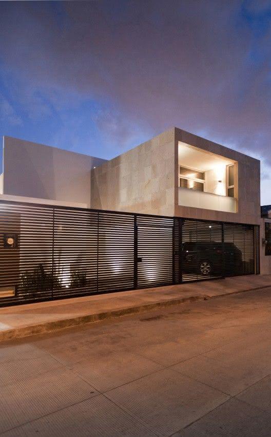 Portão residencial com grade em linhas horizontais