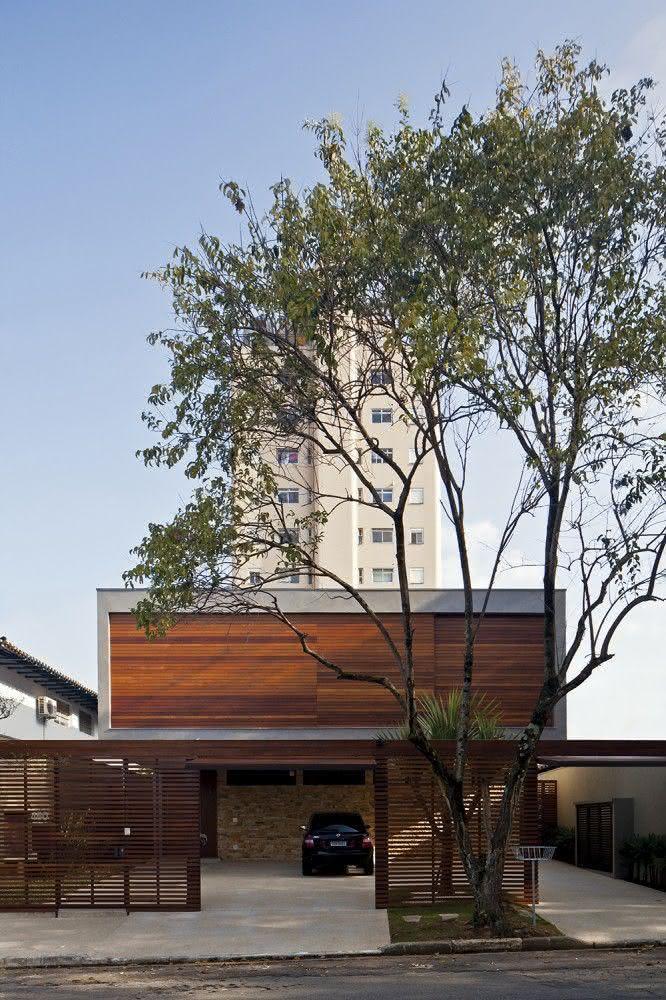 Portão residencial feito com réguas de madeira