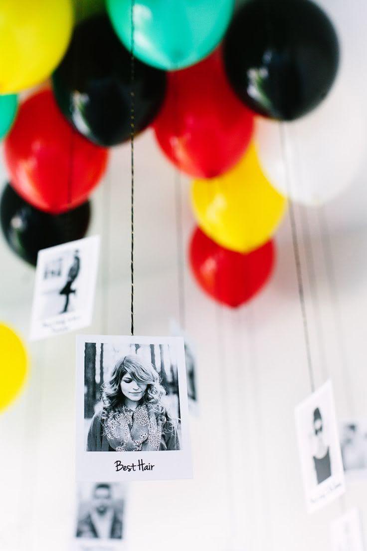 Decoração com balões com fotos presas em fitas