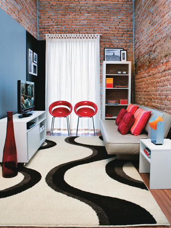 Sala De Televisao Pequena Decorada ~ Imagem 31 – Decoração de sala de estar pequena com duas cadeiras e