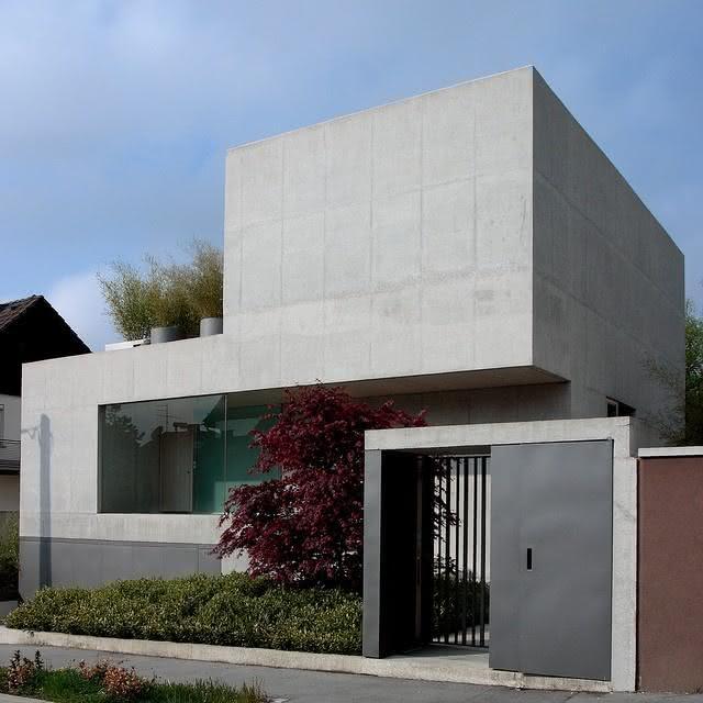 O portão prevalece com a mesma linguagem arquitetônica da fachada