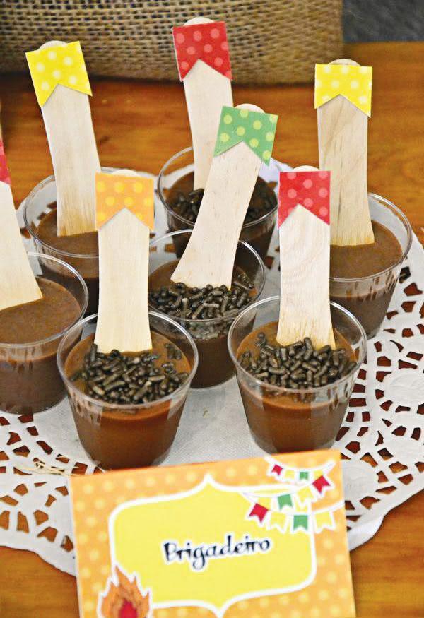 Decoração de festa junina com colheres e bandeirinha