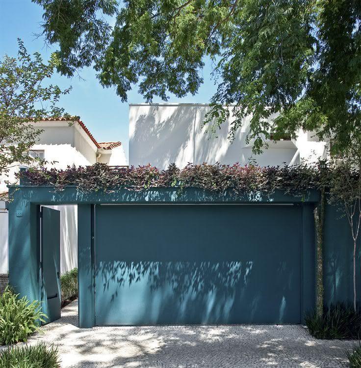 Tanto a porta de entrada como o portão da garagem podem ter o mesmo acabamento