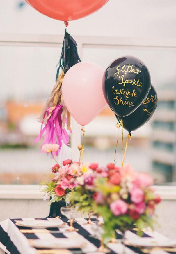 Decoração com balões com escritos