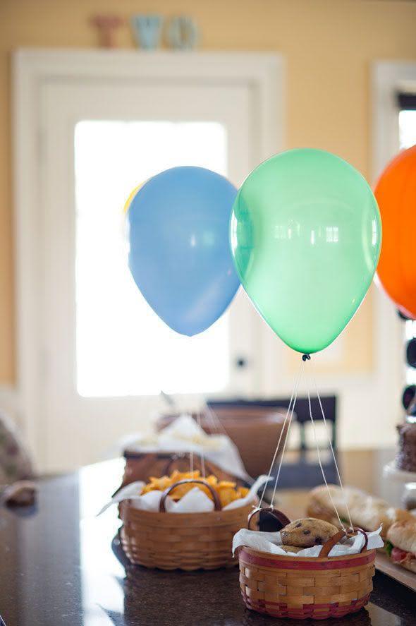 Decoração com balões em cestos de comida