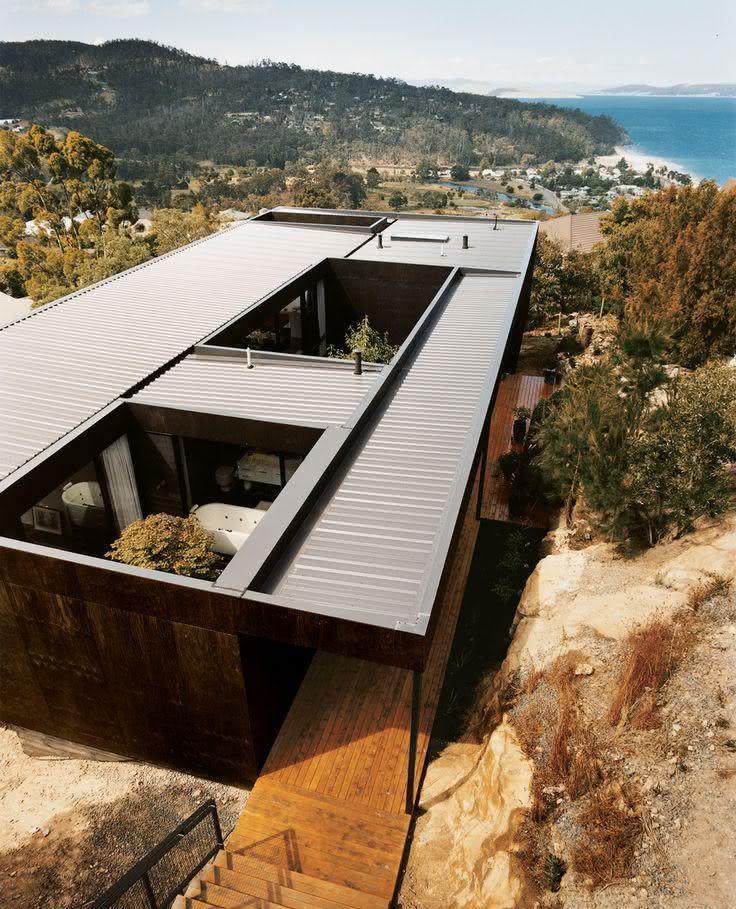 Casa feita com container com jardim de inverno aberto
