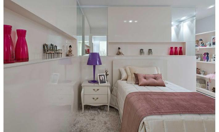 Quarto de adolescente com espelho na cabeceira da cama