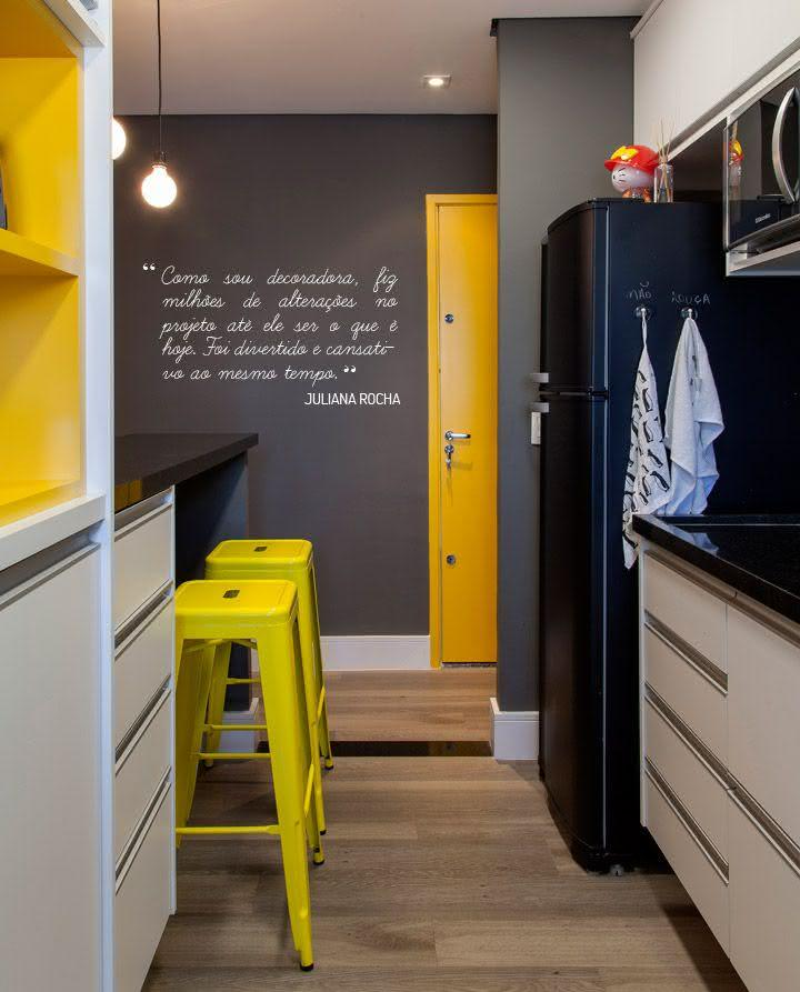 Banqueta para cozinha metálica com pintura amarela