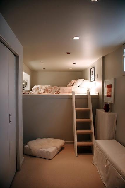 Quarto de adolescente com escada para cama